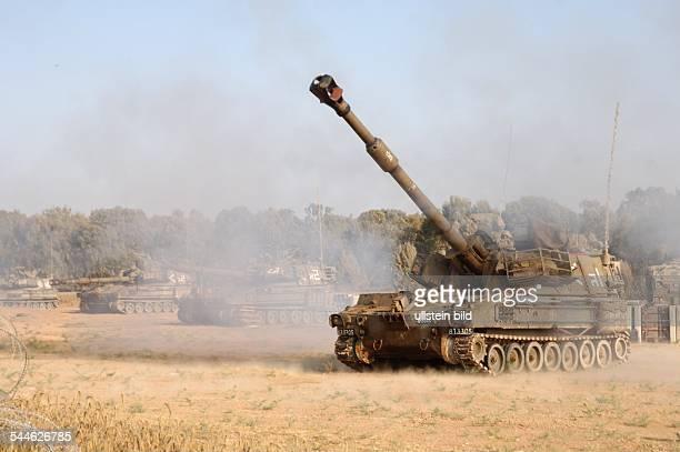 Konflikt Israel-Palästina - Ein israelisches Artilleriegeschuetz feuert 155mm Granaten auf Gaza ab.