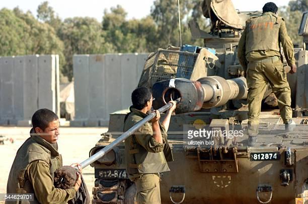 Konflikt IsraelPalästina Israelische Soldaten reinigen das Rohr ihres Artilleriegeschuetzes nachdem sie mehrere Granaten auf Gaza abgefeuert haben