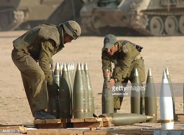 Konflikt IsraelPalästina Zwei israelische Soldaten bereiten 155mm Granaten fuer den Abschuss auf Gaza vor