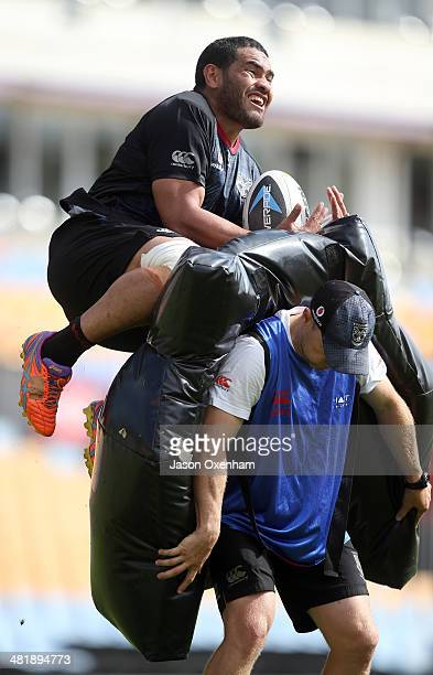 Konrad Hurrell of the Warriors takes a high ball with Warriors assistant coach Andrew McFadden holdin the pads during a New Zealand Warriors NRL...