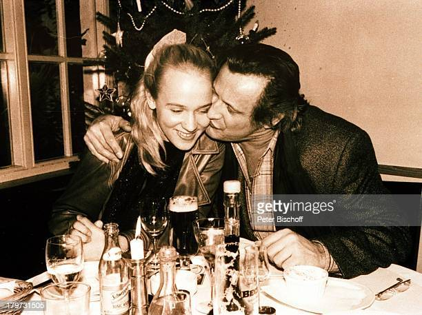 Konstantin Wecker mit Annik vor der Hochzeit im ihrem Lieblingslokal in Bassum bei Bremen Lokal Glas Bier Getränk trinken Kuß Sänger Liedermacher...