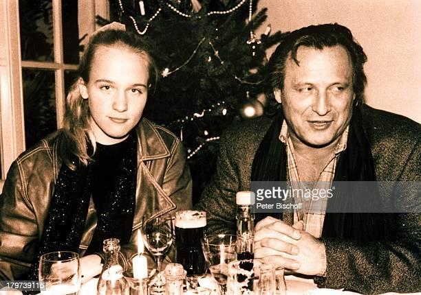 Konstantin Wecker mit Annik vor der Hochzeit im ihrem Lieblingslokal in Bassum bei Bremen Lokal Glas Bier Getränk trinken Sänger Liedermacher Pianist...