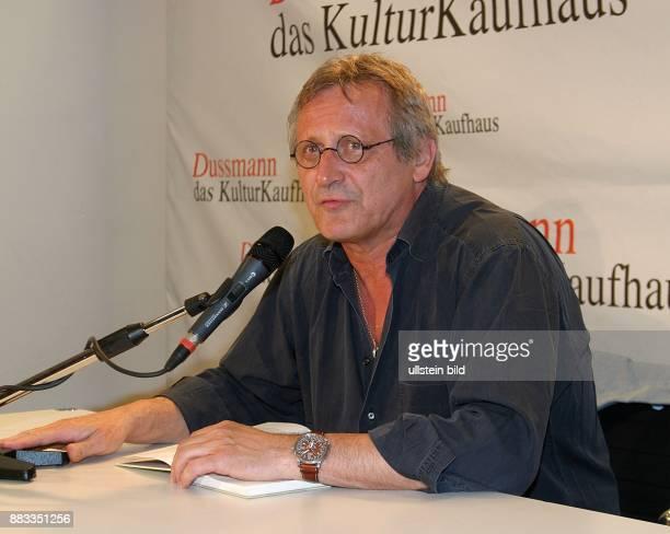 Konstantin Wecker Saenger Liedermacher stellt im Kulturkaufhaus Dussmann sein Hoerbuch DEUTSCHLAND EIN WINTERMAERCHEN von Heinrich Heine vor