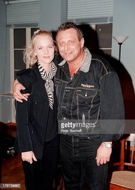 Konstantin Wecker und Ehefrau Annik bei Ihrem Gastauftritt in der ARDShow Boulevard Bio JeansJacke Sänger Liedermacher Pianist Komponist Promis...