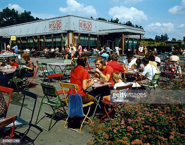 Konsum Gaststätte an der Talsperre Pöhlim Vogtland Gäste speisen im Freien 1979