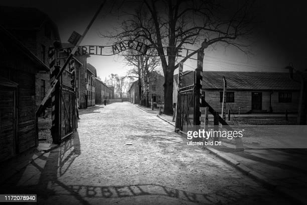 """Konzentrationslager Auschwitz - Stammlager 1 - Eingangstor mit dem zynischen Gruß """"Arbeit macht frei"""""""