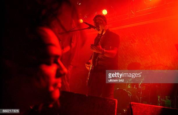 Konzertbesucher steht vor Gitarrist Karten während eines Konzertes anlässlich des 16 WaveGotikTreffens in Leipzig