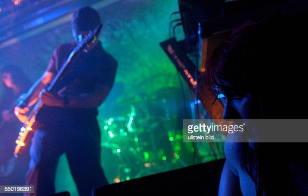 Konzertbesucherin steht vor Gitarrist Karten während eines Konzertes anlässlich des 16. Wave-Gotik-Treffens in Leipzig