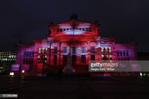 konzerthaus berlin and gendarmenmarkt square in the night illumination. - konzerthaus berlin - fotografias e filmes do acervo