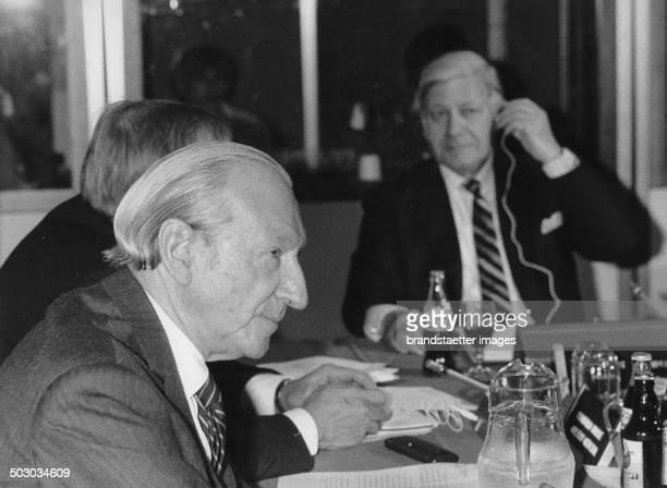 Koordinationsausschuss von InterAktion Kurt Waldheim und Helmut Schmidt im Hintergrund beim Aktionsrat ehemaliger Regierungschefs für internationale...