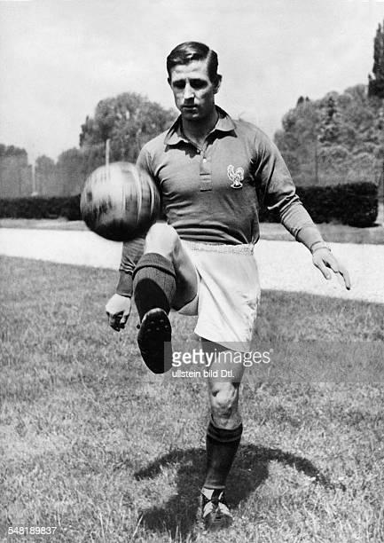 Kopa, Raymond *- Fussballspieler, Frankreich - Ganzkoerperaufnahme, mit Ball - 1958
