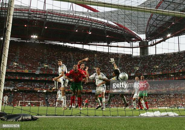 EURO 2004 Portugal Finale in Lissabon Portugal Griechenland 01 Kopfballtor durch Angelos Charisteas vorbei an Torhüter Ricardo