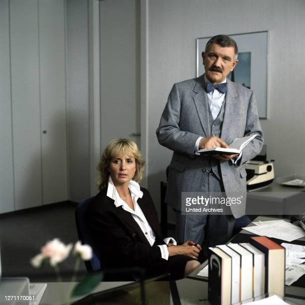 Kopflos BRD 1989 / Szene mit Gerda Buthe und Kommissar Brinkmann . / Überschrift: TATORT / BRD 1989.