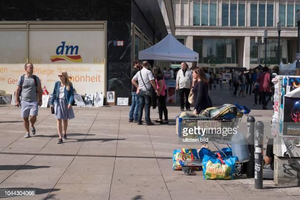 Korb eines Bettler zum einsammeln von Pfandflaschen auf dem Berliner Alexanderplatz