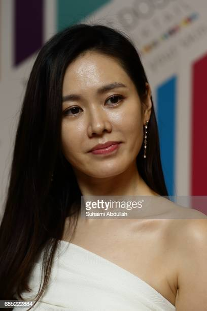 Korean actress Son YeJin attends a private cocktail function at the Aura Sky Lounge National Gallery on May 19 2017 in Singapore Son YeJin is in...