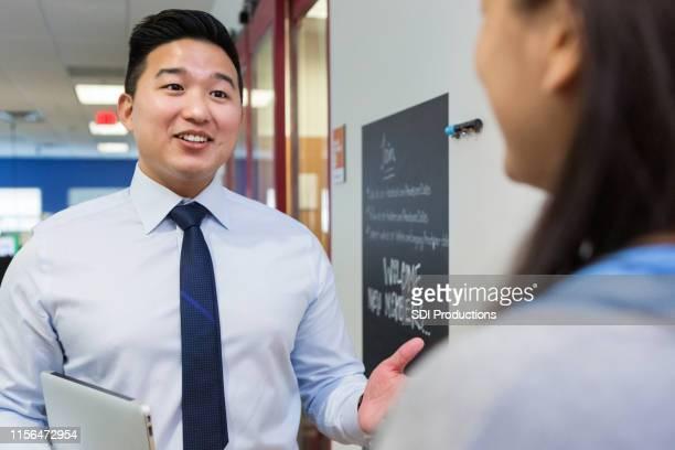 韓国系アメリカ人校長が1年生の先生に助言 - 校長 ストックフォトと画像
