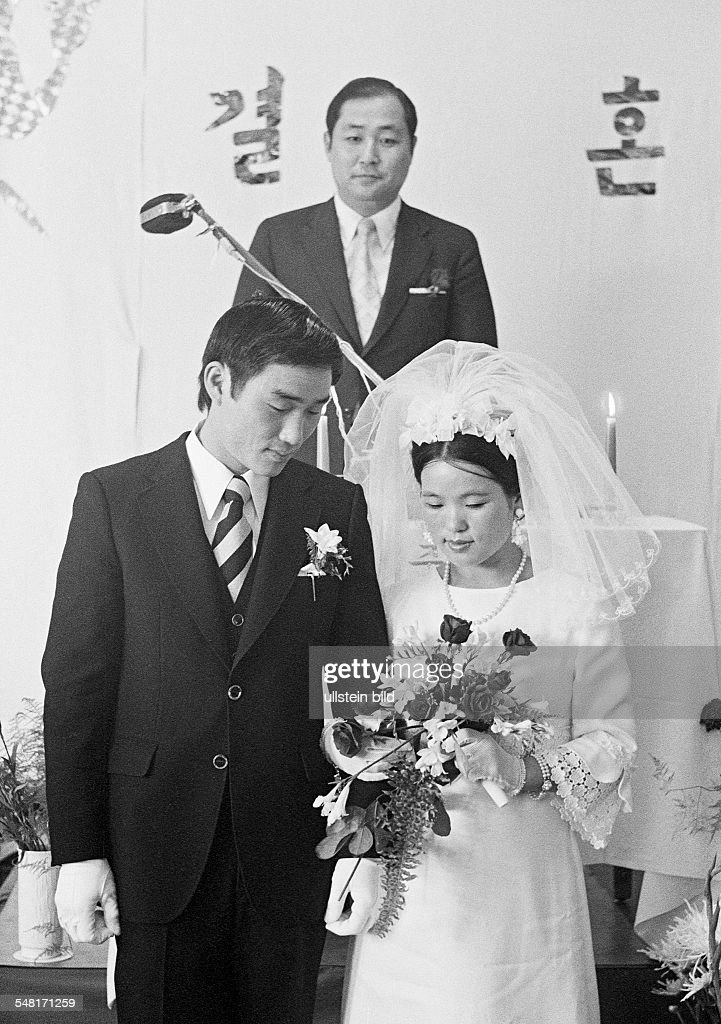 Korean marriage in Germany, church wedding, bridal pair, young couple, aged 20 to 25 years, church representatives, aged 30 to 40 years - 19.08.1972 : News Photo