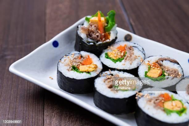 韓国風の寿司「キンバップ」と呼ばれる - 韓国料理 ストックフォトと画像