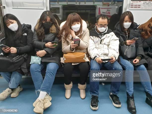 passagers coréens de métro utilisant des masques - corée photos et images de collection