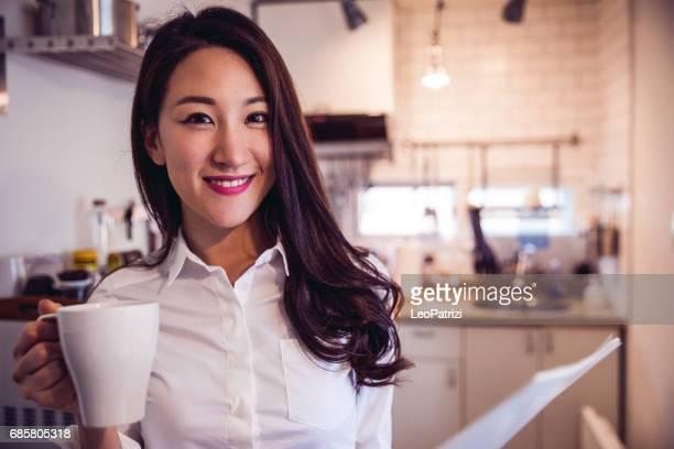 Koreaanse vrouw thuis werken op contracten en mails