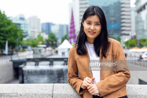 retrato coreano do estudante da mulher nova ao ar livre na cidade de seoul - coreia do sul - fotografias e filmes do acervo