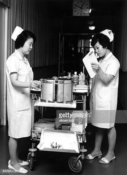 Koreanische Krankenschwestern in Berlin Am Verpflegungswagen im Krankenhausflur 1973