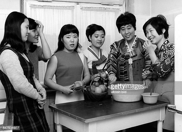 Koreanische Krankenschwestern in Berlin Gemeinsam beim Obstschneiden1973