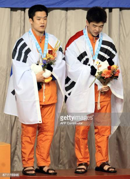 Korea's Cho KwanHoon and Kwon KyungMin celebrate after receiving the silver in the men's 10m Synchronized Diving event 08 October 2002 at the 14th...