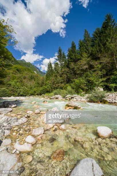 Koritnica Fluss unter blauem Himmel im Sommer