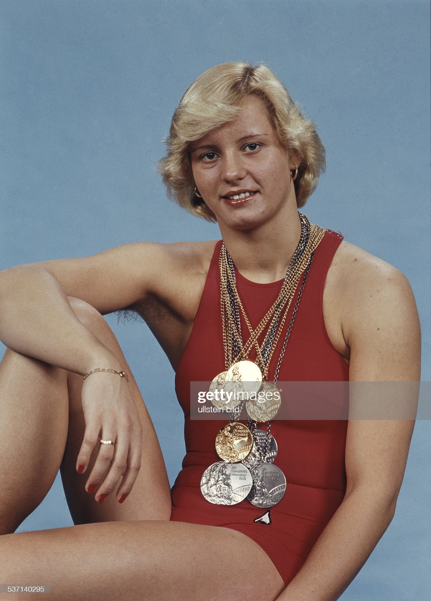 'Kornelia Ender, East German athlete (swimming), in a red swimsuit with her four gold and four silver Olympic medals fr : Fotografía de noticias