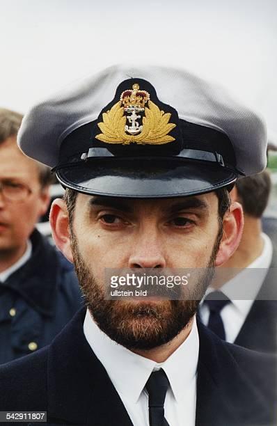 Korvettenkapitän Paul Abraham Kommandant der HMS 'Talent' mit Uniformmütze