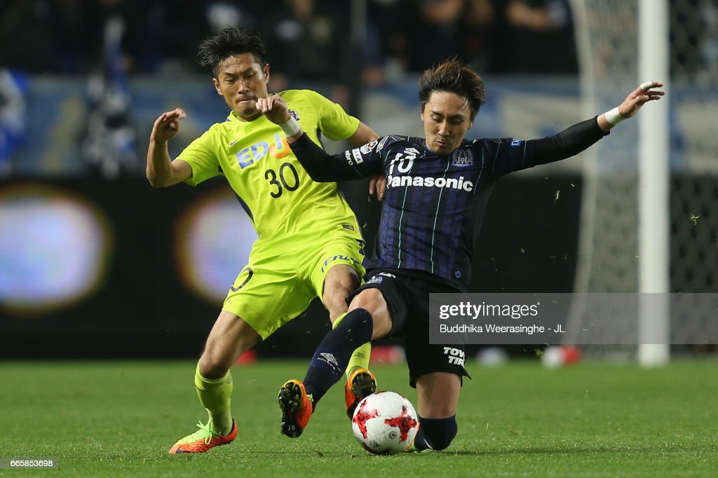 Kosei Shibasaki of Sanfrecce Hiroshima and Shu Kurata of Gamba Osaka compete for the ball during the J.League J1 match between Gamba Osaka and Sanfrecce Hiroshima at Suita City Football Stadium on April 7, 2017 in Suita, Osaka, Japan.