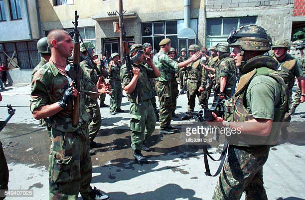 Kosovo - After the arrival of KFOR troops: Soldiers try to get the situation under control and interfere between Serbian units and Kosovo Albaniens.