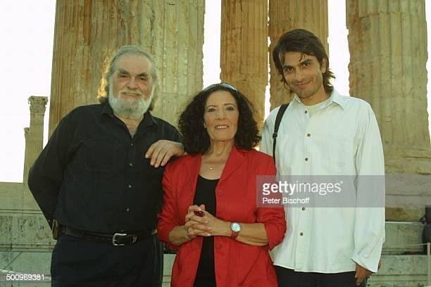 Kostas Papanastasiou Domna Adamopoulou Hermes Holodides neben den Dreharbeiten zur ARDShow Athen 2004 Die Gala V i c k y L e a n d r o s präsentiert...
