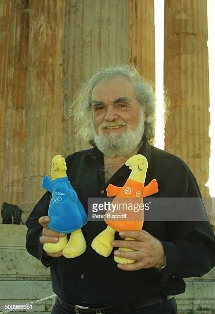 Kostas Papanastasiou mit Olympia Maskottchen Athina Phiros neben den Dreharbeiten zur ARDShow Athen 2004 Die Gala V i c k y L e a n d r o s...