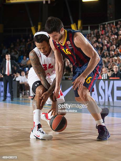 Kostas Papanikolau #16 of FC Barcelona competes with David Moss #34 of EA7 Emporio Armani Milan during the 20132014 Turkish Airlines Euroleague Top...