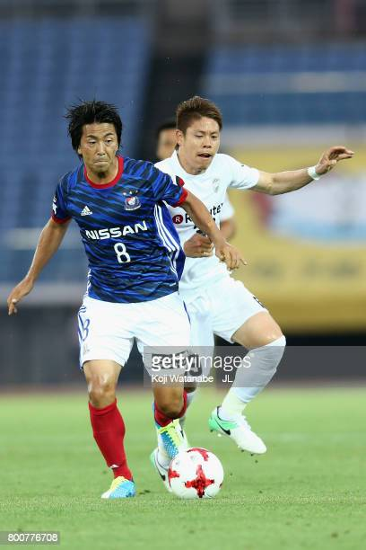 Kosuke Nakamachi of Yokohama FMarinos and Masahiko Inoha of Vissel Kobe compete for the ball during the JLeague J1 match between Yokohama FMarinos...
