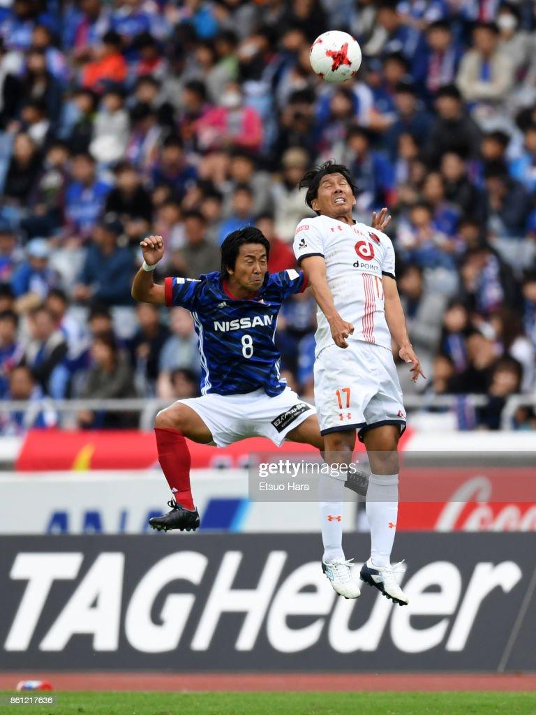 Kosuke Nakamachi of Yokohama F.Marinos and Shigeru Yokotani of Omiya Ardija compete for the ball during the J.League J1 match between Yokohama F.Marinos and Omiya Ardija at Nissan Stadium on October 14, 2017 in Yokohama, Kanagawa, Japan.