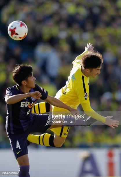 Kosuke Taketomi of Kashiwa Reysol and Hiroki Mizumoto of Sanfrecce Hiroshima compete for the ball during the JLeague J1 match between Kashiwa Reysol...