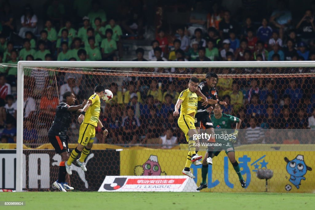 Kosuke Taketomi (2nd L) of Kashiwa Reysol heads the ball to score his side's third goal during the J.League J1 match between Shimizu S-Pulse and Kashiwa Reysol at IAI Stadium Nihondaira on August 13, 2017 in Shizuoka, Japan.