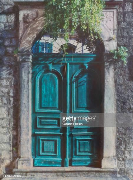 kotor door - montenegro photos et images de collection