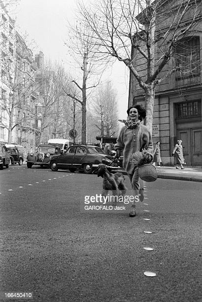 Kouka Featured Model Of Dior Paris 17 Février 1959 Closeup Kouka DENIS mannequin vedette Brésilienne de DIOR celleci traversant une rue sur un...
