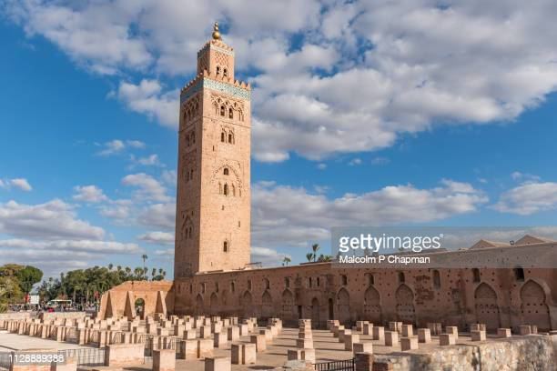 koutoubia mosque and minaret (12th century) in marrakech, morocco - marrakesh foto e immagini stock