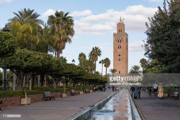koutoubia mosque and minaret (12th century) in marrakech, morocco - marrakech photos et images de collection