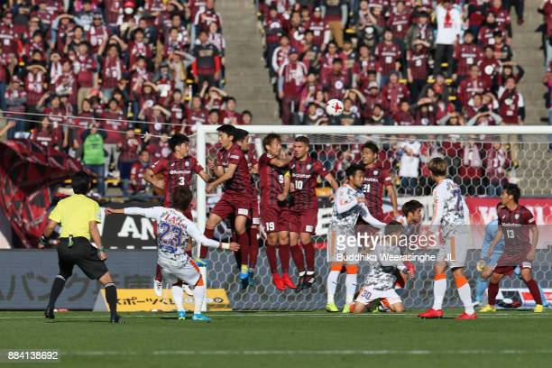 Koya Kitagawa of Shimizu SPulse scores his side's first goal from a free kick during the JLeague J1 match between Vissel Kobe and Shimuzu SPulse at...