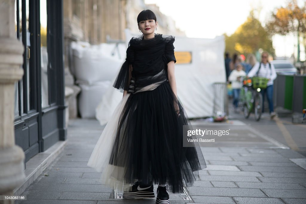 Street Style : Paris Fashion Week Womenswear Spring/Summer 2019 : Day Six : Photo d'actualité