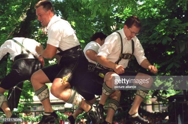 Bräuburschen in kurzen Lederhosen demonstrieren mit einer feschen Tanzeinlage auf dem Münchner Viktualienmarkt anläßlich des Münchner Brauerfesttages...