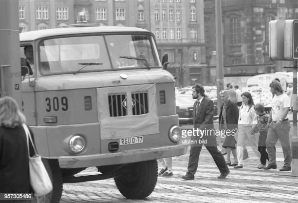 Kraftfahrer ignorieren am den Fußgängerübergang am Altmarkt in Dresden. Schnelle Autos und Rücksichtslosigkeit der Verkehrsteilnehmer haben den...