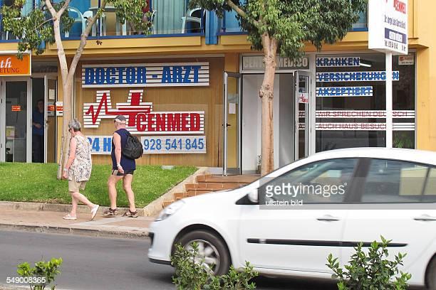 Hinweisschild in Deutsch Arzt Dcotor in Jandia auf Fuerteventura