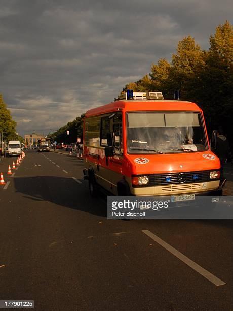 Krankenwagen Dreharbeiten zum InternetMusikVideo für AutoLeasingKampagne mit J o h a n n e s H e e s t e r s und G i n a L i s a L o h f i n k für...